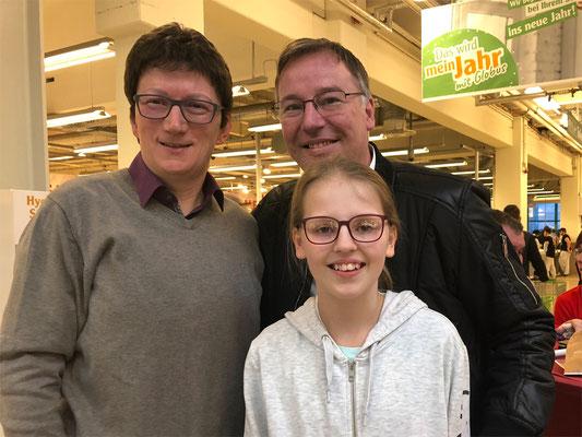 Maya mit ihrem Vater und Prof. Dr. Jörg Loth