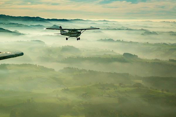 Über dem Nebel mit dem Flugzeug