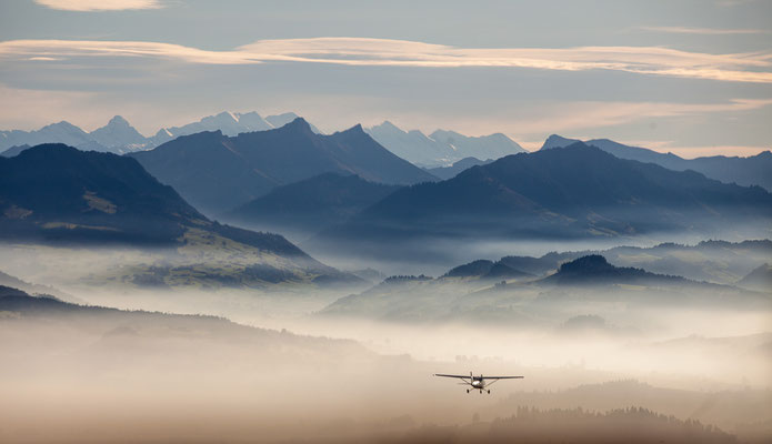 Rundflug im Flugzeug über dem Nebel