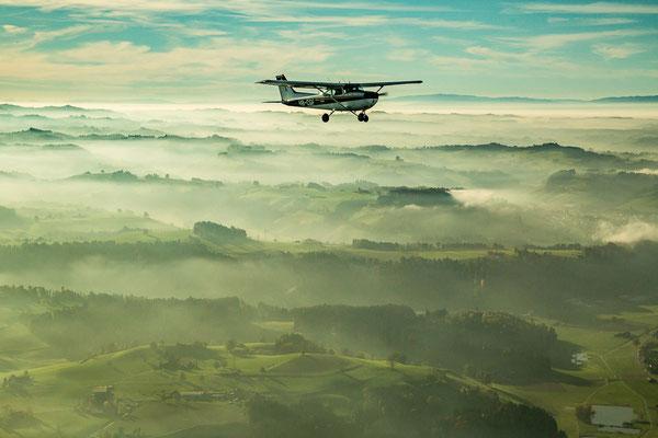 Rundflug über dem Nebel