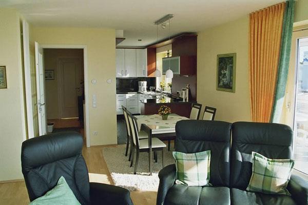 Der Wohnbereich mit der offenen Küche