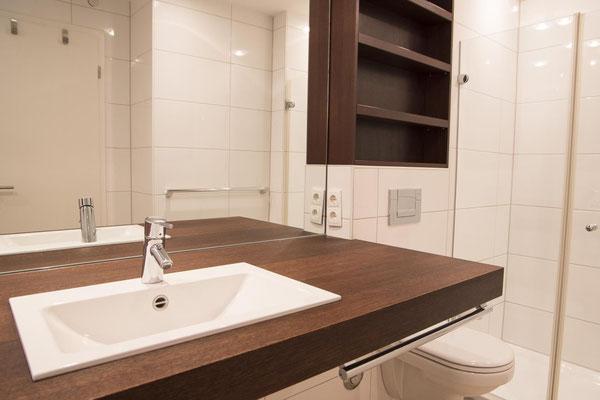 Strandpalais Duhnen Ferienwohnung Nr 20 - Das Badezimmer mit vielen Ablageflächen