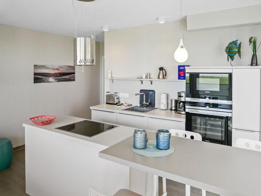 Durch die Kochinsel können Sie auch beim kochen noch den Meerblick genießen!