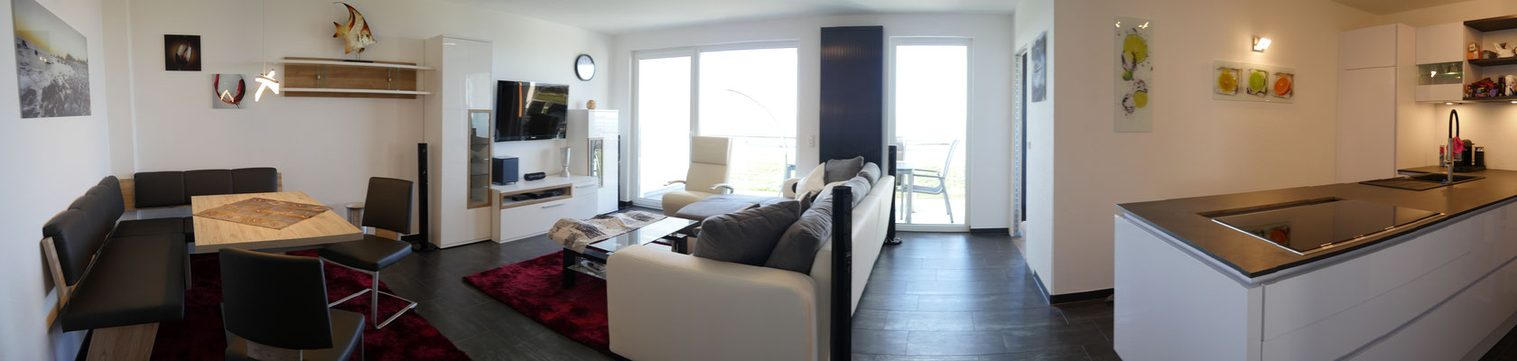 Auch die Küche ist perfekt im Wohnbereich der Ferienwohnung integriert.