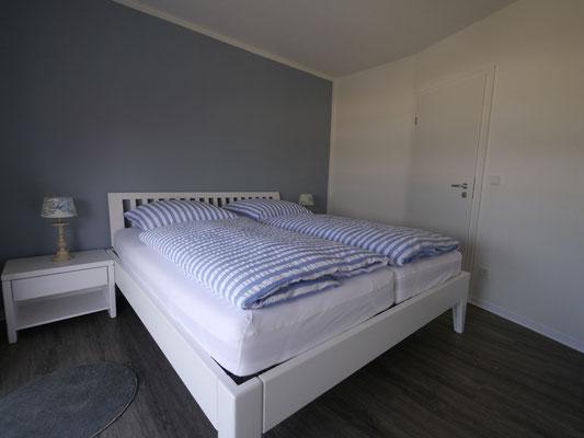 Ein hohes Bett mit hochwertigen Matratzen in der FeWo Nr. 28 in Duhnen