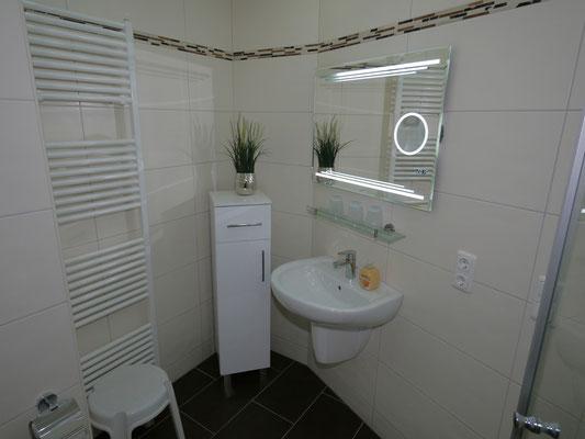 Das Helle Badezimmer der Ferienwohnung Nr. 34 wurde Anfang 2016 renoviert