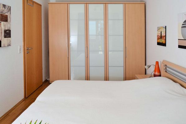 Das SChlafzimmer verfügt über einen großen Kleiderschrank
