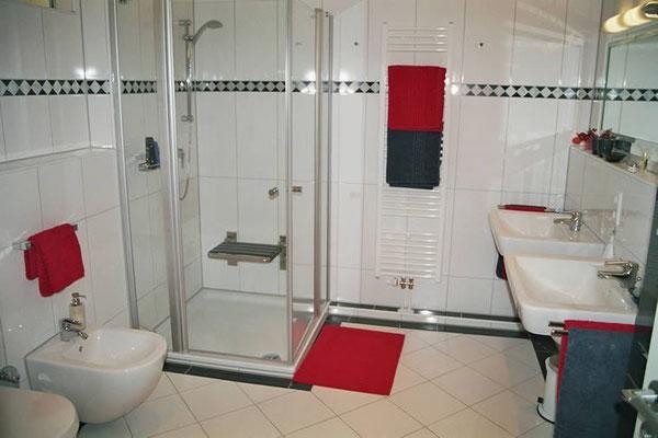 Das große Badezimmer der Ferienwohnung