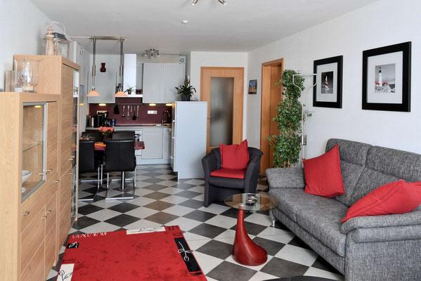 Der großzügige Wohnbereich der Ferienwohnung Nr. 208 im Strandpalais Duhnen