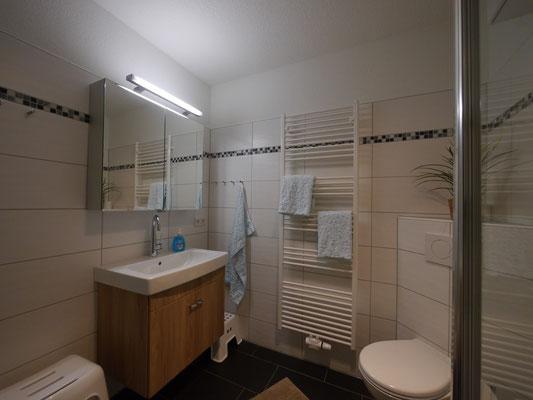 Das helle Badezimmer mit viel Ablageflächen