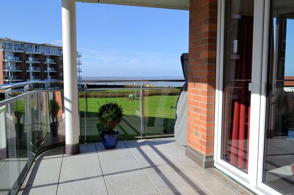 Der sonnige Balkon mit Meerblick