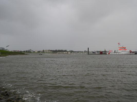 Der Steg zum Seenotrettungschiff der DGzRS ist auch schon überflutet