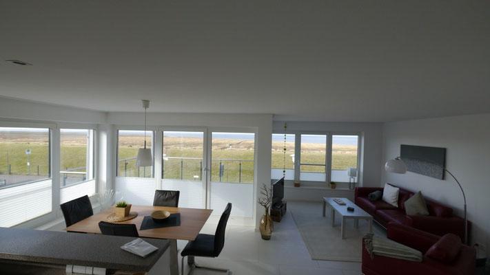 Der großzügige Wohnbereich der Ferienwohnung Küstentraum