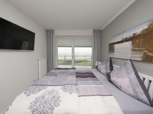 Auch im Schlafzimmer ist ein großer Flachbildfernseher in der Ferienwohnung
