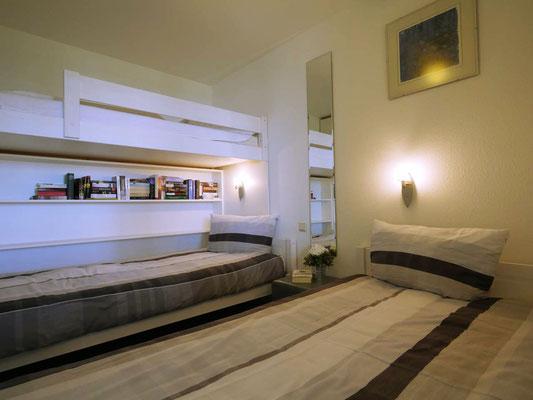 Die zwei großen Einzelbetten mit dem Etagenbett