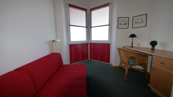 Das Schlafsofa im zweiten Zimmer, ebenfalls mit dem Meerblick und der Aussicht auf das Wattenmeer