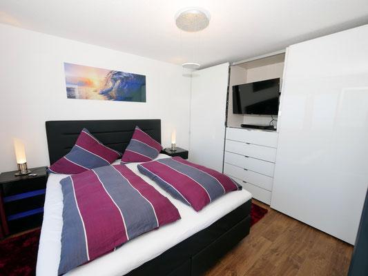 Der Fernseher im Schlafzimmer der Ferienwohnung Nr. 13 Residenz Windjammer