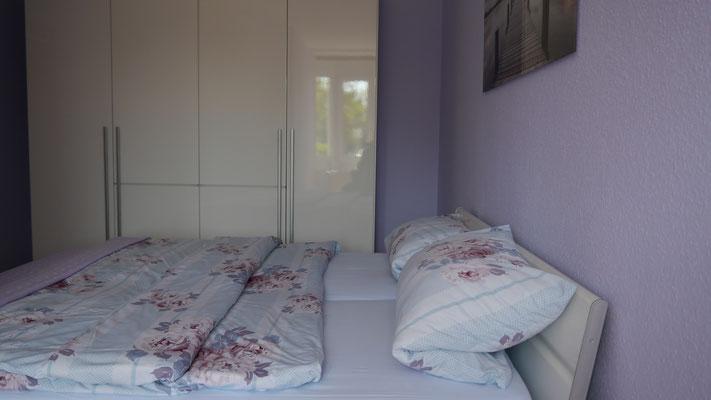 Das Schlafzimmer mit Doppelbett in der Ferienwohnung