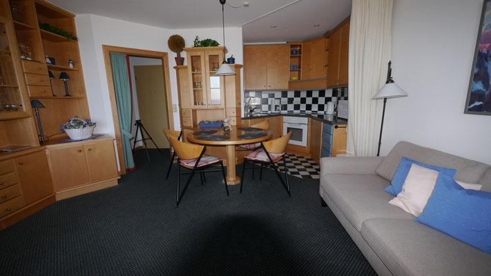 Der großzügige Wohnbereich der Ferienwohnung Nr. 19 in der Residenz Meeresbrandung