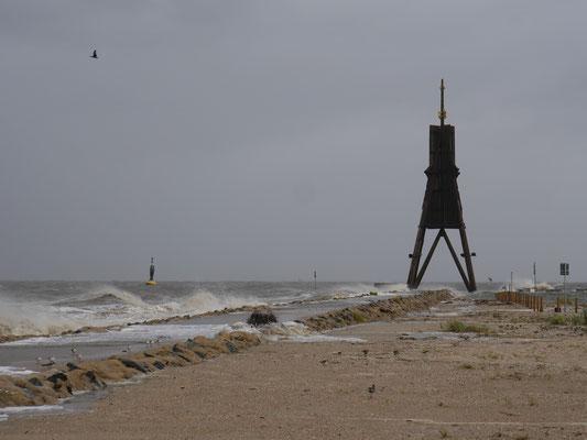 An der Kugelbake in Cuxhaven stürmt es richtig