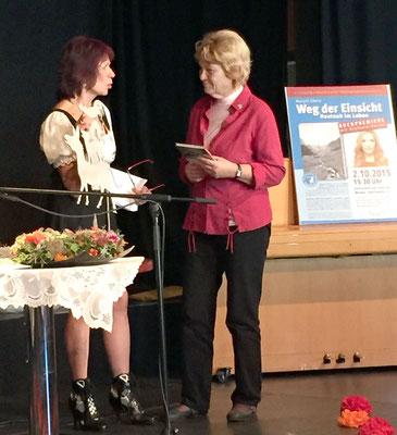 Weg der Einsicht - Buchtaufe - 2.10.15 - Geschenk für Frau Seidel vom Deutschen Tierschutzbund