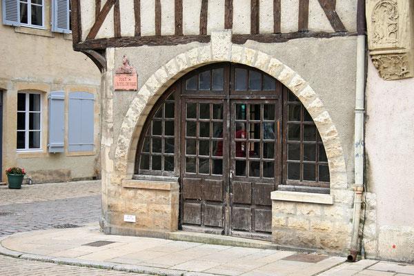 Eckhaus mit Rundbogenfenster am Place de l´Hôtel de Ville