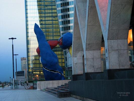 Bild: Wolkenkratzer im Viertel La Défense und das bunte Kunstwerk von Miro