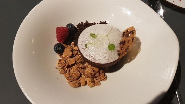 La demi sphère chocolat betteraves, émulsion kalamansi et crumble chocolat blanc (eine Nachspeise von 3 Möglichkeiten)