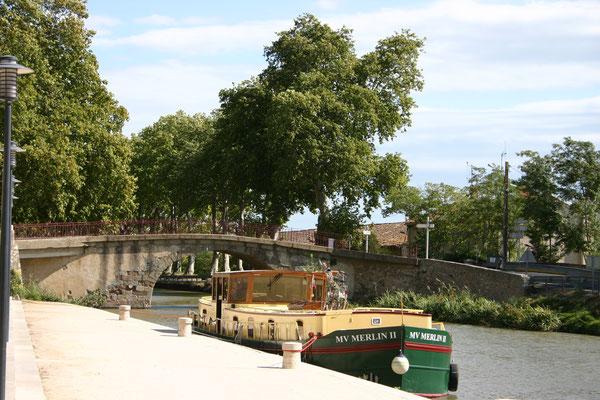 Bild: Mit dem Hausboot auf dem Canal du Midi am Château de Véntenac Minervois