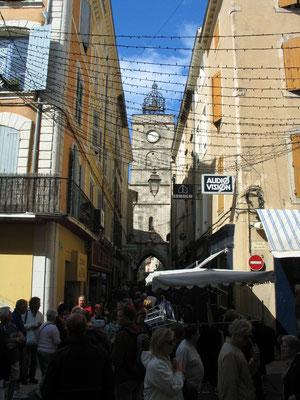 Bild: Markt in den Straßen von Apt mit Blick auf den Uhrturm