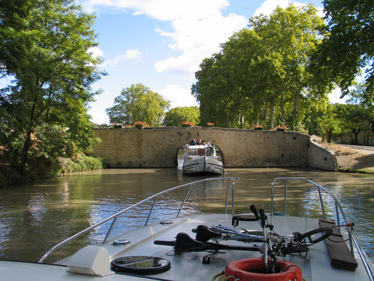 Bild: Mit dem Hausboot auf dem Canal du Midi in Capestang