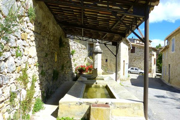 Bild: öffentlicher Waschplatz mit Brunnen in Oppedette