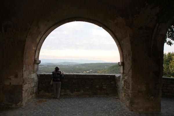 Bild: Unter dem Rathaus ein herrlicher Blick zum Luberon, Ménerbes