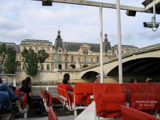 Bild: Bootsrundfahrt auf der Seine am Pont Carrousel dem Ausstieg für den Louvre