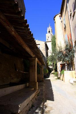 Bild: Straße mit Blick auf Kirche Cucuron, Vaucluse, Provence