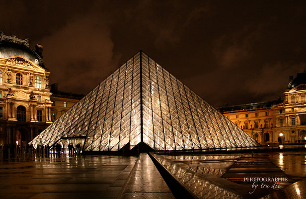Bild: Glaspyramide des Louvre Paris am Abend