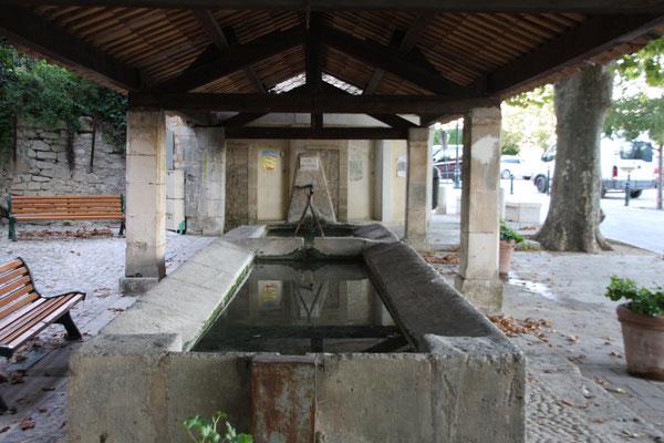 Bild: Waschbrunnen in Ménerbes