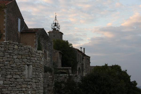 Bild: Blick auf den Turm des Rathauses von Ménerbes mit Glocke am Abend