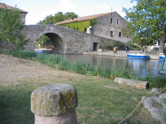 Bild: Mit dem Hausboot auf dem Canal du Midi in Le Somail