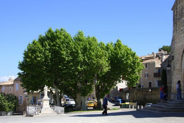 Bild: Platz vor der Pfarrkirche mit Kriegerdenkmal in Robion