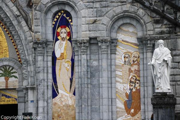 Bild: An der Außenfassade der Rosenkranzbasilika in Lourdes