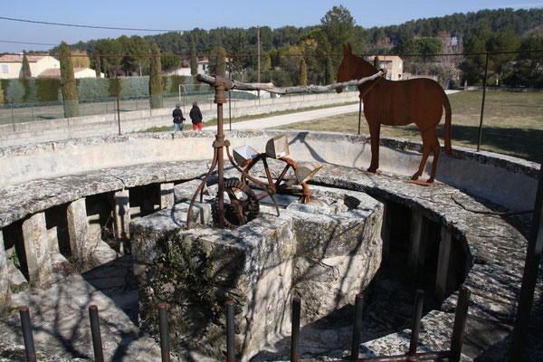 Bild: Wasserrad aus dem 18. Jahrhundert, das früher durch Esel angetrieben wurde in Maubec