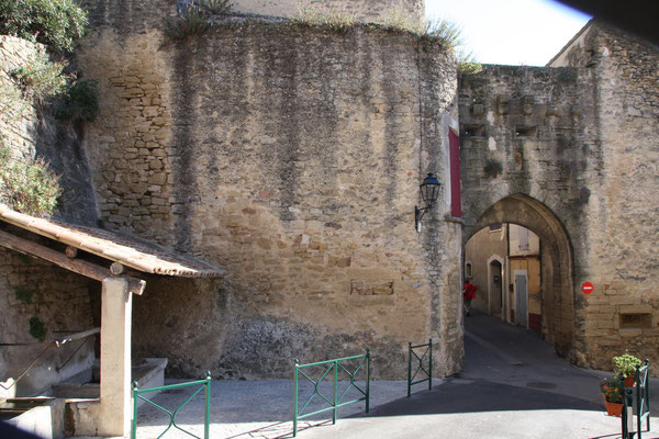 Bild: Stadttor in Cucuron, Vaucluse, Provence