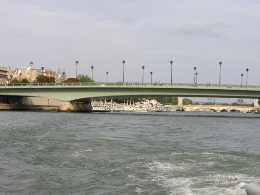 Bild: Pont de L'Alma bei Bootsrundfahrt auf der Seine in Paris