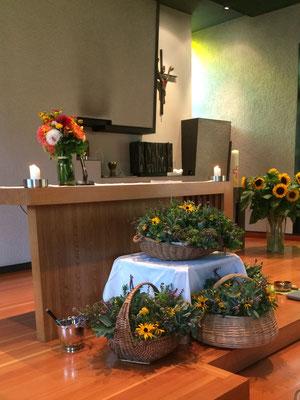 Geschmückte Kapelle mit den gesegneten Kräutersträusschen