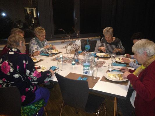 10 Kilo Gschwellti, über 30 Käsesorten und unzählige Gespräche: das war das traditionelle Gschwellti-Essen der Frauengemeinschaft zum Jahresbeginn.