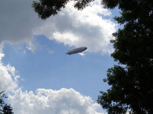 Ein Zeppelin aus dem nahegelegenen Friedrichshafen
