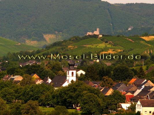 Blick auf Brauneberg mit Bernkasteler Burg Landshut im Hintergrund