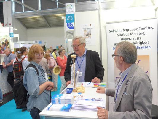Rudolf Mandausch (mittig)  und Bernd Strohschein (rechts) im Gespräch