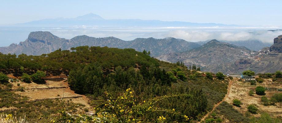 Blick vom Roque Nublo  zur Nachbarinsel Teneriffa